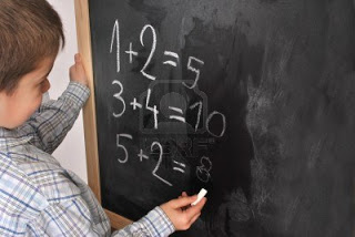 13894587-allievo-junior-dalla-lavagna-e-risolvere-problemi-matematici