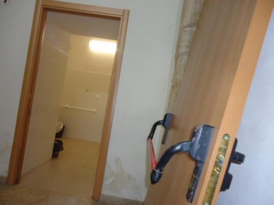 Bagni per disabili abbandonati all 39 interno del palazzo di - Porte per bagni ...